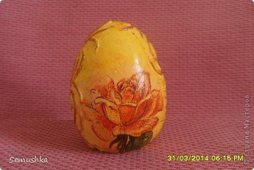 Здравствуйте жители СМ. Заказали пасхальное яйцо.Хотела сделать что-то необычное, остановилась на этом. ПО бокам пейп-арт Татьяны Сорокиной..... Спасибо за авторскую идею...Ну в центре декупаж. Пыталась создать эффект состаренного яйца, но муж сказал что я его испортила.  А что вы скажите?