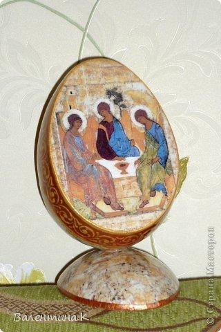Добрый вечер всем! Вот такое мега-яйцо я сотворила к Пасхе. Оно деревянное и не круглое. Само яйцо ростом 16 см, а подставкой является его же срез.