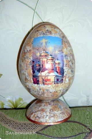 Добрый вечер всем! Вот такое мега-яйцо я сотворила к Пасхе. Оно деревянное и не круглое. Само яйцо ростом 16 см, а подставкой является его же срез.  фото 4