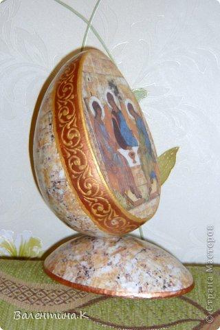 Добрый вечер всем! Вот такое мега-яйцо я сотворила к Пасхе. Оно деревянное и не круглое. Само яйцо ростом 16 см, а подставкой является его же срез.  фото 3