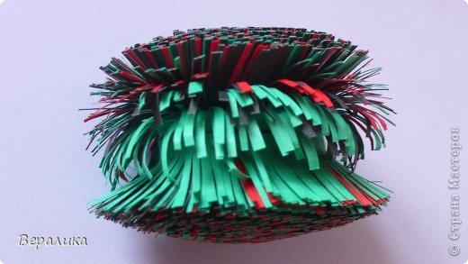 Большой привет всем, кто ждал этот МК Петушка, а так же и тем, кто просто зашел его просмотреть! Многие из вас уже видели петушка вот здесь  https://stranamasterov.ru/node/749551  . Сегодня я расскажу вам, как сделать такого красавца! Фото будет очень много. для работы нам понадобится: -полоски офисной бумаги черного, красного и зеленого цвета( можете взять свои цвета) шириной 2см и длиной 29-30см; -цветная бумага; -гофрированная или креповая бумага желтого цвета; -клеевой пистолет или клей момент прозрачный, клей ПВА; -тонкая проволока; -ножницы, пинцет. фото 6