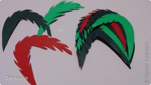 Большой привет всем, кто ждал этот МК Петушка, а так же и тем, кто просто зашел его просмотреть! Многие из вас уже видели петушка вот здесь  https://stranamasterov.ru/node/749551  . Сегодня я расскажу вам, как сделать такого красавца! Фото будет очень много. для работы нам понадобится: -полоски офисной бумаги черного, красного и зеленого цвета( можете взять свои цвета) шириной 2см и длиной 29-30см; -цветная бумага; -гофрированная или креповая бумага желтого цвета; -клеевой пистолет или клей момент прозрачный, клей ПВА; -тонкая проволока; -ножницы, пинцет. фото 19
