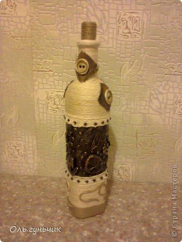 Ну вот наконец то сделана моя давняя хотела - бутылочка в хлам - декоре, по мотивам Леночки (Пустячок). Очень довольна! Замечательная техника, из мусора получается замечательная вещь!!! Спасибо Леночка!!! Ну а теперь смотрите, покрутимся... фото 1