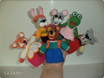 """Моя первая серьёзная работа крючком - пальчиковые игрушки из сказки """"Теремок"""". А началось всё просто: увидела какие красивые игрушки вяжут крючком и решила научиться сама (спасибо интернету), смастерить полезных игрушек для дочки. Нашла на просторах интернета много пальчиковых игрушек - хороших, но... моя пряжа заставила меня изобрести своё собственное чудо вязанное. Пришлось брать в руки книжку со сказками и творить по картинкам. фото 1"""