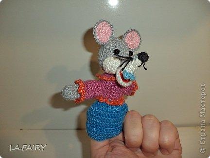 """Моя первая серьёзная работа крючком - пальчиковые игрушки из сказки """"Теремок"""". А началось всё просто: увидела какие красивые игрушки вяжут крючком и решила научиться сама (спасибо интернету), смастерить полезных игрушек для дочки. Нашла на просторах интернета много пальчиковых игрушек - хороших, но... моя пряжа заставила меня изобрести своё собственное чудо вязанное. Пришлось брать в руки книжку со сказками и творить по картинкам. фото 4"""