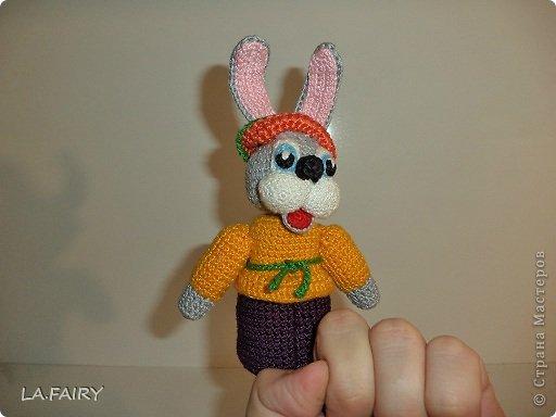 """Моя первая серьёзная работа крючком - пальчиковые игрушки из сказки """"Теремок"""". А началось всё просто: увидела какие красивые игрушки вяжут крючком и решила научиться сама (спасибо интернету), смастерить полезных игрушек для дочки. Нашла на просторах интернета много пальчиковых игрушек - хороших, но... моя пряжа заставила меня изобрести своё собственное чудо вязанное. Пришлось брать в руки книжку со сказками и творить по картинкам. фото 6"""
