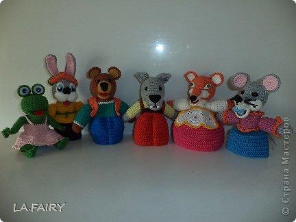 """Моя первая серьёзная работа крючком - пальчиковые игрушки из сказки """"Теремок"""". А началось всё просто: увидела какие красивые игрушки вяжут крючком и решила научиться сама (спасибо интернету), смастерить полезных игрушек для дочки. Нашла на просторах интернета много пальчиковых игрушек - хороших, но... моя пряжа заставила меня изобрести своё собственное чудо вязанное. Пришлось брать в руки книжку со сказками и творить по картинкам. фото 11"""