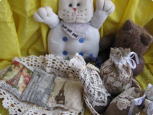 Традиция изготавливать аромасаше пошла еще с древних времен...саше, в переводе с французского, означает мешок, который может быть наполнен сухими душистыми травами, лепестками цветов, кореньями...  Мешочек лучше сшить из натуральных (прозрачных или не прозрачных) тканей, форма может быть любой: традиционный мешочек, сердечко, солнышко и пр. А что делать, если не вырастили на даче эти самые травы?..Не беда, ведь в аптеке полно различных эфирных масел... фото 1