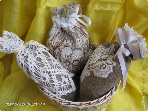 Традиция изготавливать аромасаше пошла еще с древних времен...саше, в переводе с французского, означает мешок, который может быть наполнен сухими душистыми травами, лепестками цветов, кореньями...  Мешочек лучше сшить из натуральных (прозрачных или не прозрачных) тканей, форма может быть любой: традиционный мешочек, сердечко, солнышко и пр. А что делать, если не вырастили на даче эти самые травы?..Не беда, ведь в аптеке полно различных эфирных масел... фото 13