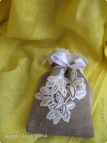 Традиция изготавливать аромасаше пошла еще с древних времен...саше, в переводе с французского, означает мешок, который может быть наполнен сухими душистыми травами, лепестками цветов, кореньями...  Мешочек лучше сшить из натуральных (прозрачных или не прозрачных) тканей, форма может быть любой: традиционный мешочек, сердечко, солнышко и пр. А что делать, если не вырастили на даче эти самые травы?..Не беда, ведь в аптеке полно различных эфирных масел... фото 16