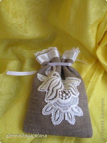 Традиция изготавливать аромасаше пошла еще с древних времен...саше, в переводе с французского, означает мешок, который может быть наполнен сухими душистыми травами, лепестками цветов, кореньями...  Мешочек лучше сшить из натуральных (прозрачных или не прозрачных) тканей, форма может быть любой: традиционный мешочек, сердечко, солнышко и пр. А что делать, если не вырастили на даче эти самые травы?..Не беда, ведь в аптеке полно различных эфирных масел... фото 17