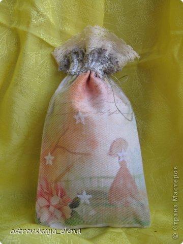 Традиция изготавливать аромасаше пошла еще с древних времен...саше, в переводе с французского, означает мешок, который может быть наполнен сухими душистыми травами, лепестками цветов, кореньями...  Мешочек лучше сшить из натуральных (прозрачных или не прозрачных) тканей, форма может быть любой: традиционный мешочек, сердечко, солнышко и пр. А что делать, если не вырастили на даче эти самые травы?..Не беда, ведь в аптеке полно различных эфирных масел... фото 19