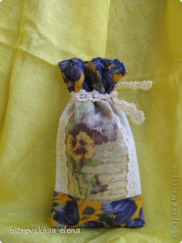 Традиция изготавливать аромасаше пошла еще с древних времен...саше, в переводе с французского, означает мешок, который может быть наполнен сухими душистыми травами, лепестками цветов, кореньями...  Мешочек лучше сшить из натуральных (прозрачных или не прозрачных) тканей, форма может быть любой: традиционный мешочек, сердечко, солнышко и пр. А что делать, если не вырастили на даче эти самые травы?..Не беда, ведь в аптеке полно различных эфирных масел... фото 22