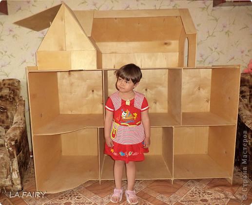Такой кукольный домик сделал наш папа (из фанеры 6 мм.). Это одно из первых фото. фото 3