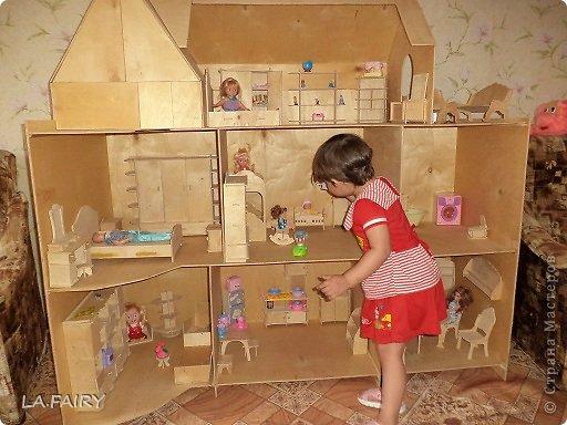 Такой кукольный домик сделал наш папа (из фанеры 6 мм.). Это одно из первых фото. фото 5