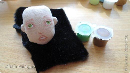 Во втором Мк мы будем расписывать лицо куклы и поговорим о волосах и создании причёски для куклы.  Как сшить куклу https://stranamasterov.ru/node/743935 выкройка в натуральную величину http://dfiles.ru/files/laby691xi  Для работы нам понадобится: - голова куклы - цветной карандаш коричневого цвета - акриловые краски по ткани. можно просто акриловые из художественных наборов - материал для волос (атласные ленты, шерсть для валяния, мех или интересные по фактуре нити для вязания - на ваш выбор) фото 32