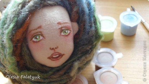 Во втором Мк мы будем расписывать лицо куклы и поговорим о волосах и создании причёски для куклы.  Как сшить куклу https://stranamasterov.ru/node/743935 выкройка в натуральную величину http://dfiles.ru/files/laby691xi  Для работы нам понадобится: - голова куклы - цветной карандаш коричневого цвета - акриловые краски по ткани. можно просто акриловые из художественных наборов - материал для волос (атласные ленты, шерсть для валяния, мех или интересные по фактуре нити для вязания - на ваш выбор) фото 40