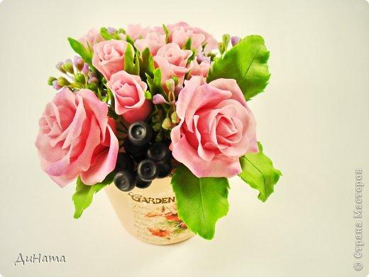 """Да простит меня Катюша,""""срисовала"""" я ее идею черники и роз. Последнее время потянуло меня на всяческие композиции с розами и ягодами. Намаялась я с фотиком,снимая эту работу,в планах было купить ему хорошую замену,но увы...,хотела в этом посте поплакаться на жизнь(накрыло последнее время),но зачем нам печалиться...Более реальный цвет на 3 и 6 фото. Слепила за два вечера,тонировала пастелью. Весны вам!!!!!!! фото 1"""