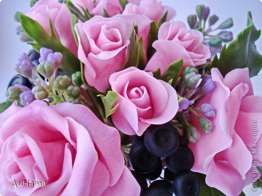 """Да простит меня Катюша,""""срисовала"""" я ее идею черники и роз. Последнее время потянуло меня на всяческие композиции с розами и ягодами. Намаялась я с фотиком,снимая эту работу,в планах было купить ему хорошую замену,но увы...,хотела в этом посте поплакаться на жизнь(накрыло последнее время),но зачем нам печалиться...Более реальный цвет на 3 и 6 фото. Слепила за два вечера,тонировала пастелью. Весны вам!!!!!!! фото 6"""