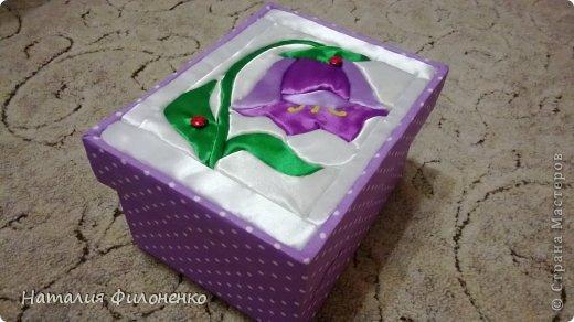 """Очень хотелось попробовать технику """"Кинусайга"""" или """"Пэчворк без иглы"""". И вот получилась такая коробочка. Коробка сделана из картона,обклеена тканью, а на крышке использована данная техника. Как получилось судить вам, но мне очень хотелось поделиться с вами своей работой. фото 1"""