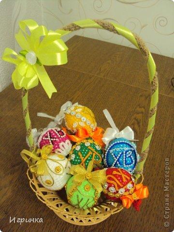 Здравствуйте мастера и мастерицы Страны мастеров! Скоро Пасха, и, честно говоря, не собиралась я вязать яйца, но пришла соседка и попросила связать яйцо . И вот оно, первое творение. фото 12
