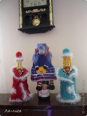 2015 -год Овцы. Пора готовить отару на подарки. Хочу поделиться своими идеями. Обыгрывать овец можно по разному, но просто игрушки мне не интересны, поскольку дети  уже выросли. Лично я люблю практичные подарки, которые пригодятся в быту.  Эти овцы- чехлы на бутылки, мы же собираемся отмечать Новый год? фото 14