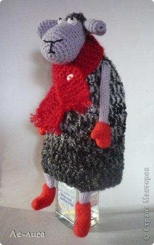 2015 -год Овцы. Пора готовить отару на подарки. Хочу поделиться своими идеями. Обыгрывать овец можно по разному, но просто игрушки мне не интересны, поскольку дети  уже выросли. Лично я люблю практичные подарки, которые пригодятся в быту.  Эти овцы- чехлы на бутылки, мы же собираемся отмечать Новый год? фото 8