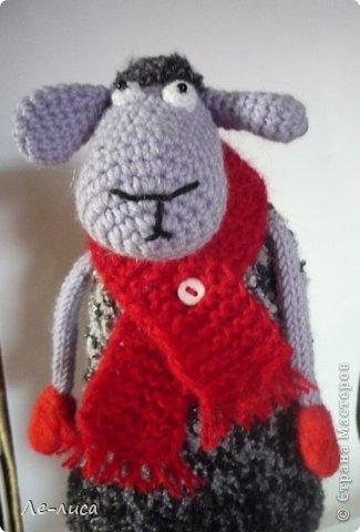 2015 -год Овцы. Пора готовить отару на подарки. Хочу поделиться своими идеями. Обыгрывать овец можно по разному, но просто игрушки мне не интересны, поскольку дети  уже выросли. Лично я люблю практичные подарки, которые пригодятся в быту.  Эти овцы- чехлы на бутылки, мы же собираемся отмечать Новый год? фото 9