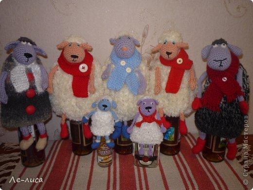 2015 -год Овцы. Пора готовить отару на подарки. Хочу поделиться своими идеями. Обыгрывать овец можно по разному, но просто игрушки мне не интересны, поскольку дети  уже выросли. Лично я люблю практичные подарки, которые пригодятся в быту.  Эти овцы- чехлы на бутылки, мы же собираемся отмечать Новый год? фото 12