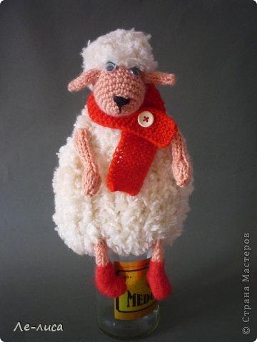 2015 -год Овцы. Пора готовить отару на подарки. Хочу поделиться своими идеями. Обыгрывать овец можно по разному, но просто игрушки мне не интересны, поскольку дети  уже выросли. Лично я люблю практичные подарки, которые пригодятся в быту.  Эти овцы- чехлы на бутылки, мы же собираемся отмечать Новый год? фото 2