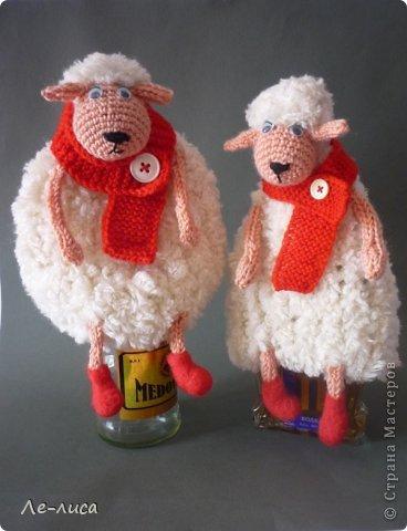 2015 -год Овцы. Пора готовить отару на подарки. Хочу поделиться своими идеями. Обыгрывать овец можно по разному, но просто игрушки мне не интересны, поскольку дети  уже выросли. Лично я люблю практичные подарки, которые пригодятся в быту.  Эти овцы- чехлы на бутылки, мы же собираемся отмечать Новый год? фото 1