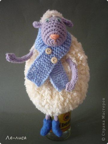 2015 -год Овцы. Пора готовить отару на подарки. Хочу поделиться своими идеями. Обыгрывать овец можно по разному, но просто игрушки мне не интересны, поскольку дети  уже выросли. Лично я люблю практичные подарки, которые пригодятся в быту.  Эти овцы- чехлы на бутылки, мы же собираемся отмечать Новый год? фото 4