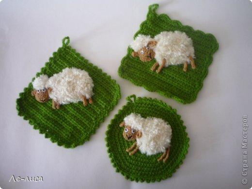 2015 -год Овцы. Пора готовить отару на подарки. Хочу поделиться своими идеями. Обыгрывать овец можно по разному, но просто игрушки мне не интересны, поскольку дети  уже выросли. Лично я люблю практичные подарки, которые пригодятся в быту.  Эти овцы- чехлы на бутылки, мы же собираемся отмечать Новый год? фото 16