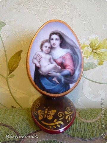 Добрый день. Как и многие готовлю Пасхальные сувениры. Яйца деревянные. По форме такие же как с Троицей Рублёва, то есть со срезом. Только эти чуть поменьше. Высота яйца 12 см, с подставкой 14,5. Мадонны с младенцами. фото 5