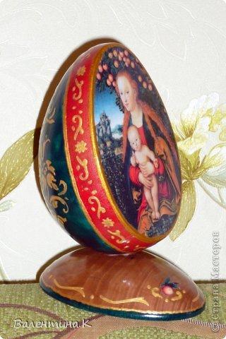 Добрый день. Как и многие готовлю Пасхальные сувениры. Яйца деревянные. По форме такие же как с Троицей Рублёва, то есть со срезом. Только эти чуть поменьше. Высота яйца 12 см, с подставкой 14,5. Мадонны с младенцами. фото 3