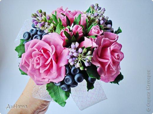 """Да простит меня Катюша,""""срисовала"""" я ее идею черники и роз. Последнее время потянуло меня на всяческие композиции с розами и ягодами. Намаялась я с фотиком,снимая эту работу,в планах было купить ему хорошую замену,но увы...,хотела в этом посте поплакаться на жизнь(накрыло последнее время),но зачем нам печалиться...Более реальный цвет на 3 и 6 фото. Слепила за два вечера,тонировала пастелью. Весны вам!!!!!!! фото 9"""