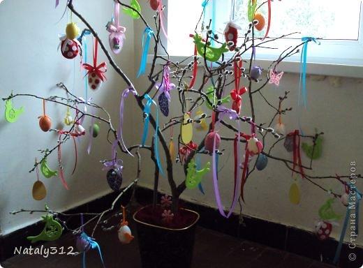 Соорудила вот такое пасхальное деревце. Половина украшений - покупные, половина - мои. В следующем году исправлюсь, начну готовиться заранее. )))