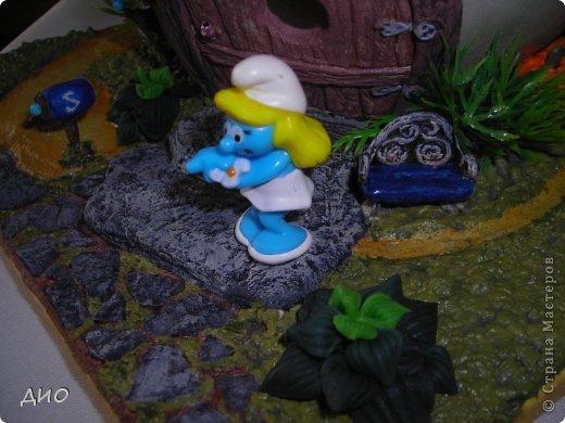 Смастерила своему ребенку 2 в одном, игрушку и ночник. Поселили мы в него Смурфетту из киндер-сюрприза. Вспомнили о ее существовании когда полдома уже было сделано. Она почти совпала с масштабом гриба. Шляпа гриба 15*15 см, подоснова 19*19. фото 13
