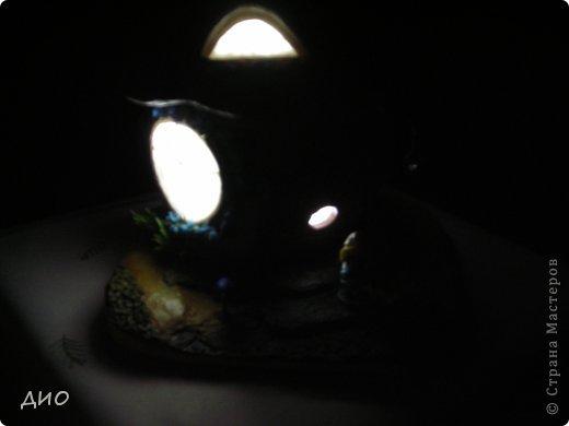 Смастерила своему ребенку 2 в одном, игрушку и ночник. Поселили мы в него Смурфетту из киндер-сюрприза. Вспомнили о ее существовании когда полдома уже было сделано. Она почти совпала с масштабом гриба. Шляпа гриба 15*15 см, подоснова 19*19. фото 14