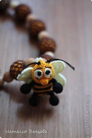 """Одни из самых любимых, назвала их """"Медовые"""".  Можжевеловые бусины двойной обвязки, в виде медовых сот, объемный цветок, игрушка - веселый Пчел, шуршит, в лапках бусинки. Длина бус 52 см, длина шнура 95 см.  фото 4"""