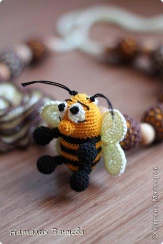 """Одни из самых любимых, назвала их """"Медовые"""".  Можжевеловые бусины двойной обвязки, в виде медовых сот, объемный цветок, игрушка - веселый Пчел, шуршит, в лапках бусинки. Длина бус 52 см, длина шнура 95 см.  фото 5"""