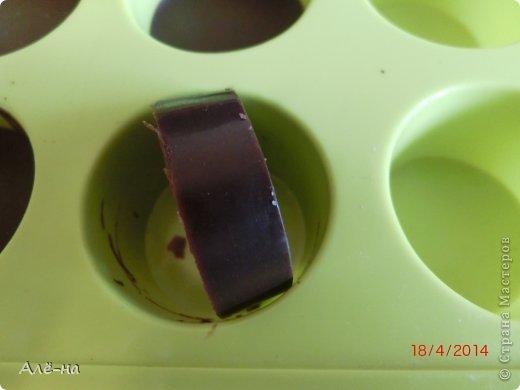 Захотелось немного прикоснуться к таинственному искусству и почувствовать себя в роли настоящего шоколатье)) Когда размышляла о возможности приготовления шоколада в домашних условиях, то думала,что процесс очень трудоемкий. Все оказалось проще, самое главное это наличие основных ингредиентов,это- какао бобы и какао-масло. В обычных магазинах приобрести их вряд ли удастся. Купить их можно в специализированных магазинчиках для кондитеров или заказать по интернету. Конечно, домашний шоколад не такой твердый получается из-за отсутствия лецитина,но он не уступает или даже превосходит по вкусу магазинный. Я шоколад ем очень редко и только горький, поэтому расскажу рецепт горького,темного шоколада. Но зная базовый рецепт можно приготовить различные виды,изменяя пропорцию основных ингредиентов. фото 21