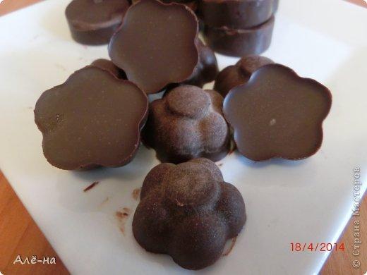 Захотелось немного прикоснуться к таинственному искусству и почувствовать себя в роли настоящего шоколатье)) Когда размышляла о возможности приготовления шоколада в домашних условиях, то думала,что процесс очень трудоемкий. Все оказалось проще, самое главное это наличие основных ингредиентов ,это- какао бобы и какао-масло. В обычных магазинах приобрести их вряд ли удастся. Купить их можно в специализированных магазинчиках для кондитеров или заказать по интернету. Конечно , домашний шоколад не такой твердый получается из-за отсутствия лецитина ,но он не уступает или даже превосходит по вкусу магазинный . Я шоколад ем очень редко и только горький, поэтому расскажу рецепт горького ,темного шоколада. Но зная базовый рецепт можно приготовить различные виды ,изменяя пропорцию основных ингредиентов. фото 23