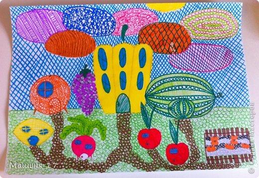 """Этот рисунок называется """"Фруктогород"""" Я рисовала его в художественной школе. Смысл в том, что нельзя раскрашивать предмет просто так, его нужно расписать какими-нибудь узорами, например заштриховать его или просто нарисовать кружочки, полосочки, зигзаг, кудряшки и т. д. Вот такие у меня получились дома в виде ананаса, морковки, баклажана, перца, клубничек, груши, тыквы, банана и яблока. Рисунок я решила дополнить прудом в форме клубники, небольшим огородом, где растут ещё совсем маленькие домики-ананасы, в небе самолёт-морковка, ну и конечно облака расписанные как только можно и солнце-апельсин!  фото 2"""