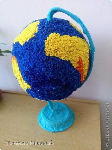 """Глобус делали в садик на конкурс """"Профессия моих родителей"""". Очень понравилась работа из бумажной мозаики """"Национальные мотивы"""" innyshka и вдохновила на создание этого глобуса. В основе глобуса воздушный шарик, обмотанный нитками, затем, не лопая шарик, наложила слой салфеток в технике папье-маше. Когда всё подсохло, начали облеплять шар."""