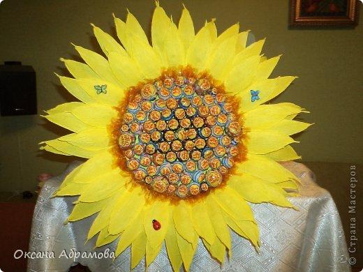 """Добрый вечер! Вот какой подсолнух получился у меня в подарок подруге на день рождения! Просто возникло желание удивить, добавить солнечного настроения и сладкого удовольствия! Букет состоит из 85 чупиков. Это яркое """" желтое чудо"""", было оценено под аплодисменты! фото 4"""