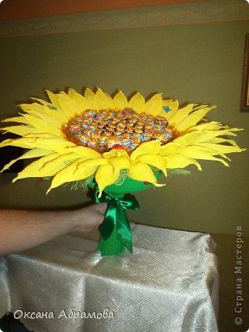 """Добрый вечер! Вот какой подсолнух получился у меня в подарок подруге на день рождения! Просто возникло желание удивить, добавить солнечного настроения и сладкого удовольствия! Букет состоит из 85 чупиков. Это яркое """" желтое чудо"""", было оценено под аплодисменты! фото 2"""
