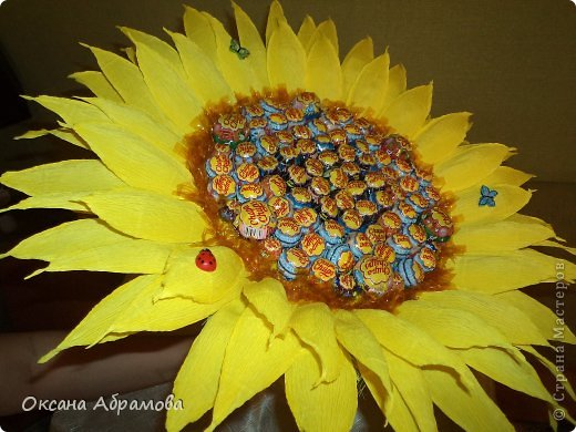 """Добрый вечер! Вот какой подсолнух получился у меня в подарок подруге на день рождения! Просто возникло желание удивить, добавить солнечного настроения и сладкого удовольствия! Букет состоит из 85 чупиков. Это яркое """" желтое чудо"""", было оценено под аплодисменты!"""