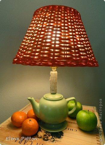 Чайник пошел трещинками, был дисквалифицирован и переведен в группу светильников. В качестве подставки-перевернутое Икеевское блюдце.