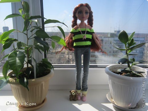 """Привет Страна Мастеров! Меня зовут Саша, мне 11 лет. А это Ева, ей 20 лет. И сегодня мы с Евой участвуем в конкурсе """"Моя красивая кукла"""". В начале я хотела сделать Еве теплый наряд, но на днях у нас потеплело! И температура поднялась до +20! И я решила сделать ей легенький наряд:3 Он состоит из: джинсов, свитерочка и дополнительных аксессуаров. Ребята, я совершенно не умею делать обувь! И по этому мне пришлось одеть на Еву покупные ботиночки. И, когда наряд был готов, он показался мне немного скучным и я добавила пару аксессуаров. Ну, а, чтобы придать наряду некую """"детскость"""", я дала Еве мишку;3 Администраторы конкурса, не съедайте меня, пожалуйста* Да и кстати! Я нашла свой фотоаппарат и фотографировада на него  Еву:) Рада, как слон))) фото 2"""